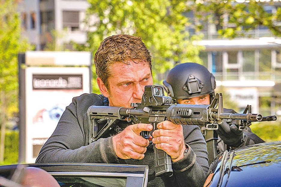 《白宮淪陷》系列前兩集,男主角都是總統身邊最稱職的守護者,故事也純粹聚焦在男主角如何拯救總統脫離險境。但本片,麥克被誤當成罪犯,故事的核心因而多了他必須設法「救自己」。