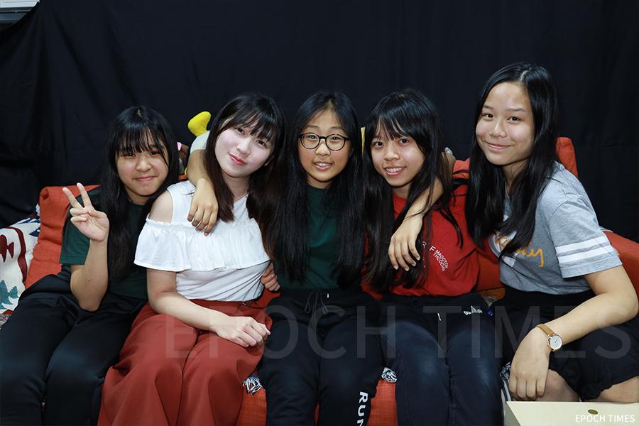 五位在舞台劇《末日預言.女神降臨》飾演女主角Tobe的學生演員。(陳仲明/大紀元)