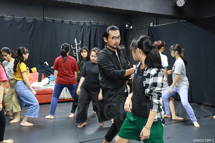 舞台劇排練前,黃雋謙導演引導學生們做熱身運動。(陳仲明/大紀元)