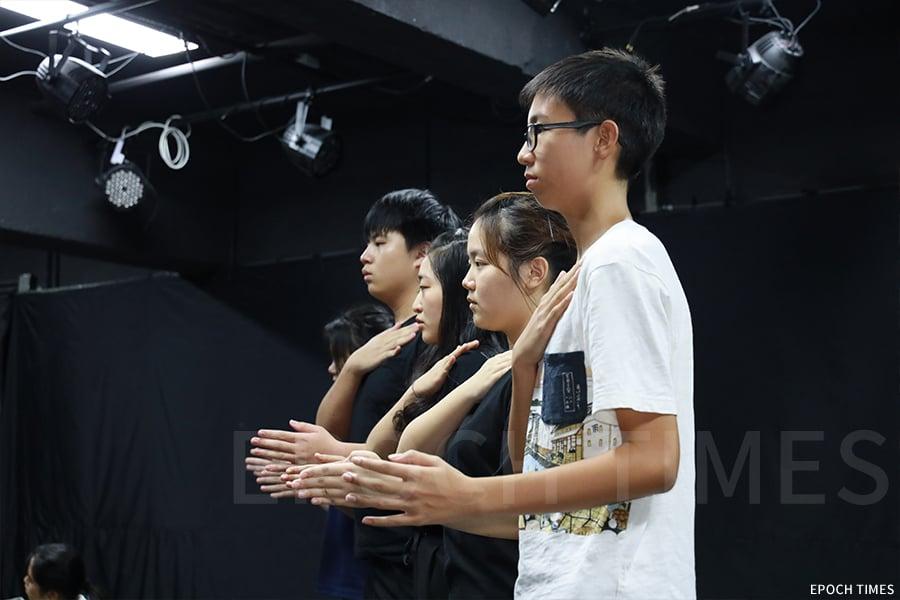 學生演員們在排練舞台劇。(陳仲明/大紀元)