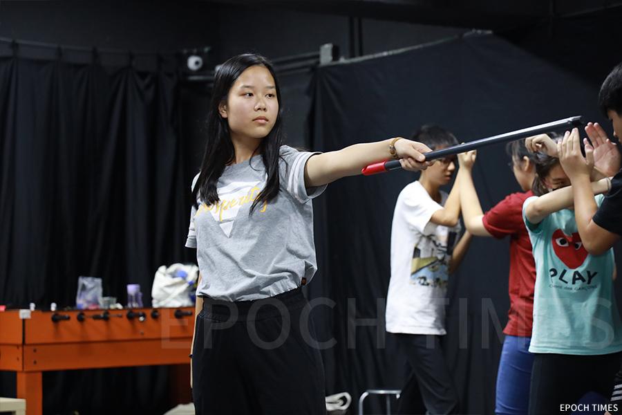 周曉陶在排練舞台劇。(陳仲明/大紀元)