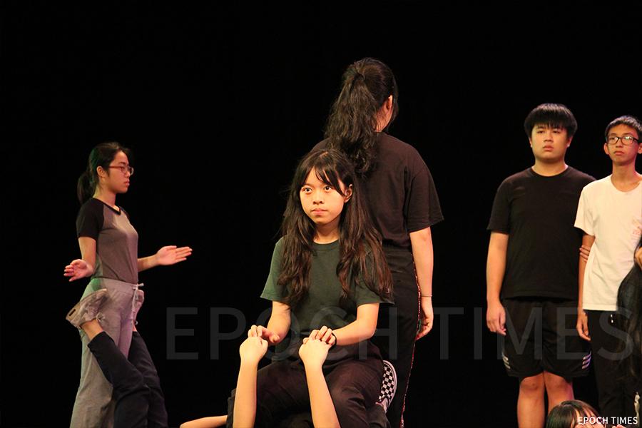 學生演員在排練舞台劇。(受訪者提供)
