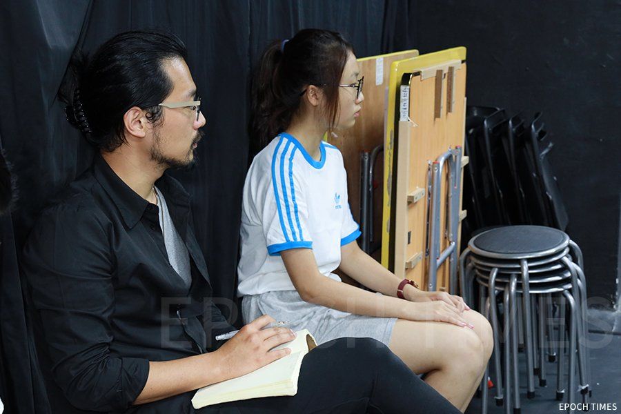 導演黃雋謙(左一)觀察學生們排練。(陳仲明/大紀元)