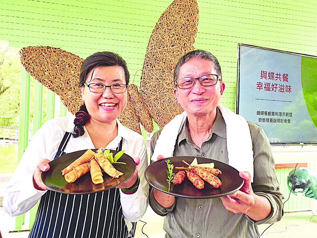 健康創意料理專家張樹貞(左)、新故鄉文教基金會董事長廖嘉展(右)展示蝴蝶餐料理。