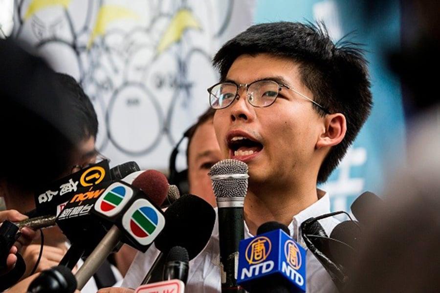 黃之峰於今年6月17日離開香港荔枝角懲教所後向媒體發表講話。(Photo credit should read ISAAC LAWRENCE/AFP/Getty Images)