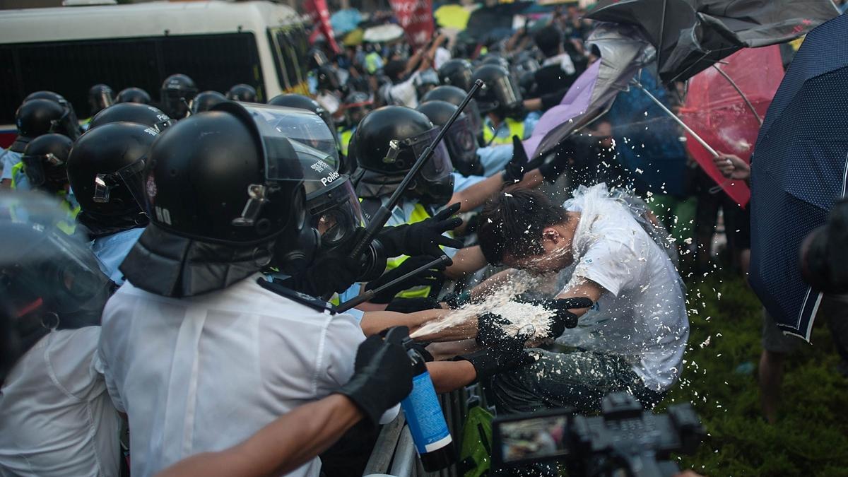 有港媒說,中共文攻武嚇無所不用其極,無非是想逼示威者投降,但多了文革手法、少了國際響應,畫虎不成反類犬。( Anthony Kwan/Getty Images)