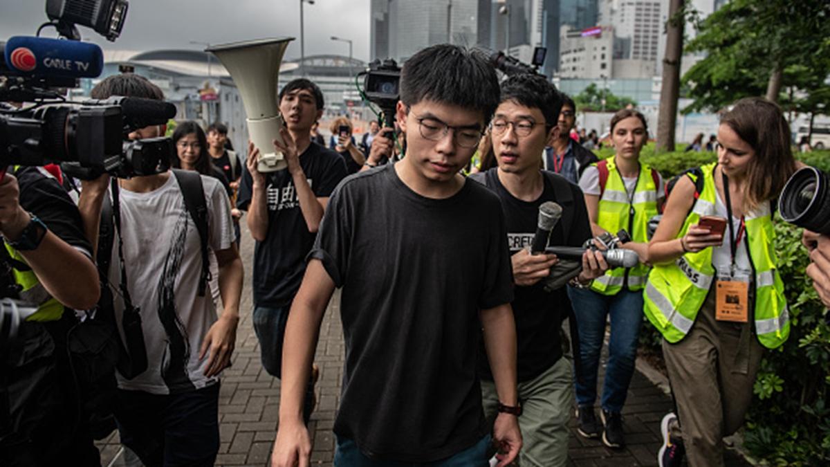 黃之鋒8月30日早上,突然在街上被香港警方秘密抓捕,據悉被控三項罪名。(Carl Court/Getty Images)