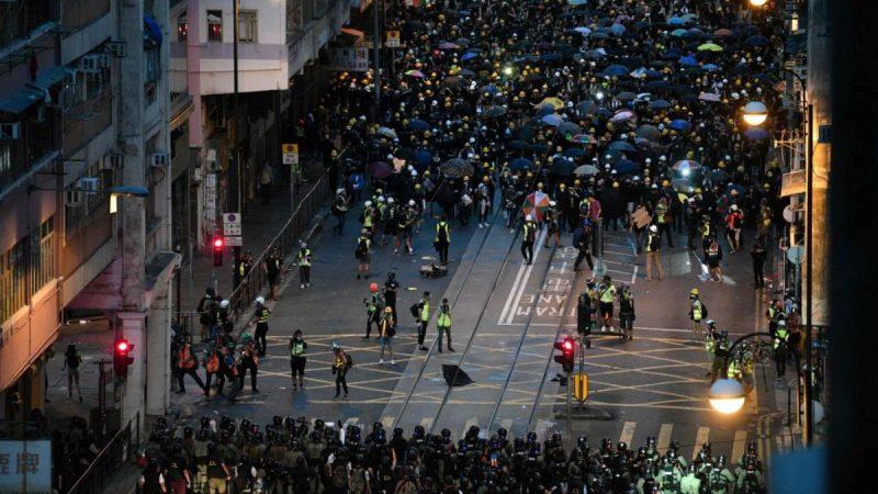 圖為大批香港抗議民眾(上)2019年7月28日在街頭與警方(下)對峙。(ANTHONY WALLACE/AFP/Getty Images)