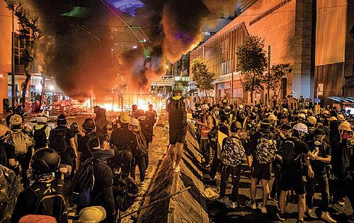 8月31日晚上,在灣仔有路障起火,燒了半個小時才有消防到場撲滅。(大紀元資料庫)