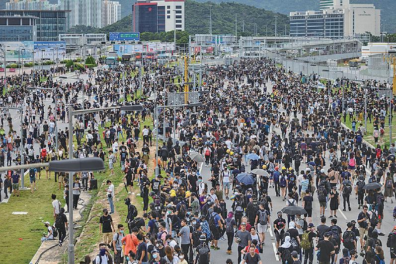 昨日下午,抗議市民及中學生一度佔據了通往國際機場的道路。(PHILIP FONG/AFP/Getty Images)