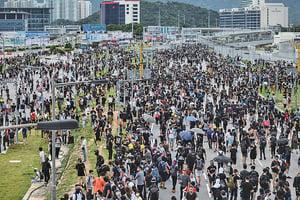 機場和平抗議遇警驅散追捕