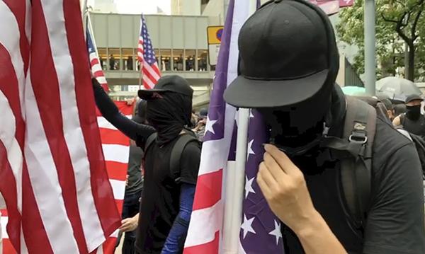 冀西方援助 示威者搖美國旗唱國歌
