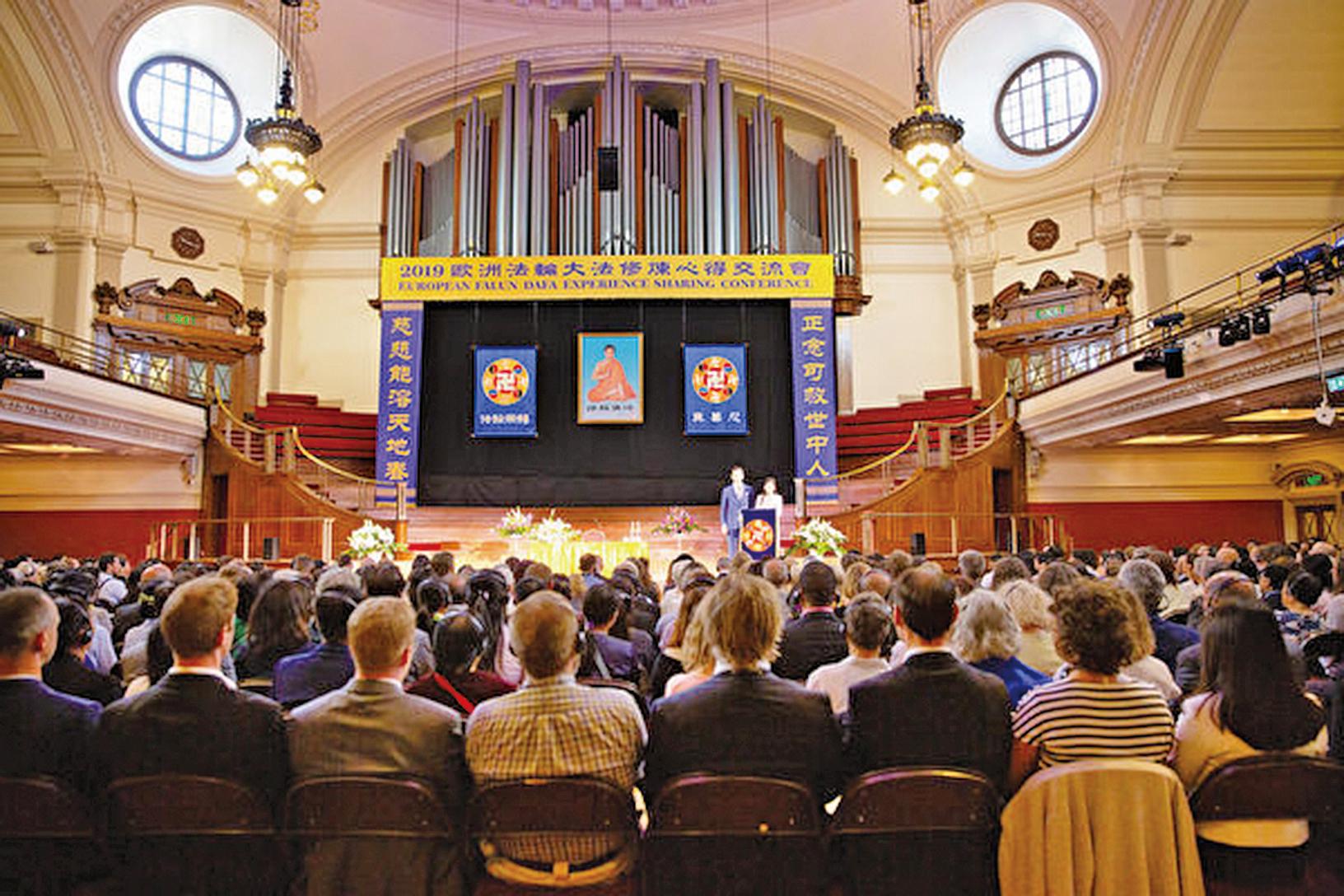 2019年8月31日,來自歐、亞、北美、南美和中國共34個國家的部份法輪功學員聚集倫敦議會附近的西敏中央禮堂(Methodist Central Hall),參加2019年歐洲法輪大法心得交流會,法輪功創始人李洪志大師發來賀詞。(傅潔/大紀元)