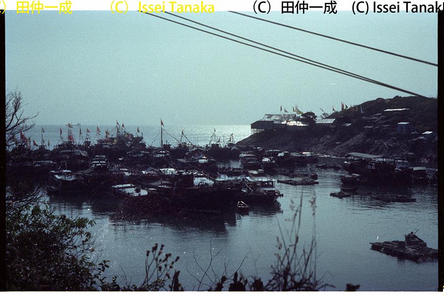 十多年來,田仲一成教授孜孜不倦地走訪香港各區,從香港最南端的蒲台島也有涉足,圖為1987年蒲台島天后誕戲場,千帆點點前來賀誕。(受訪者提供)