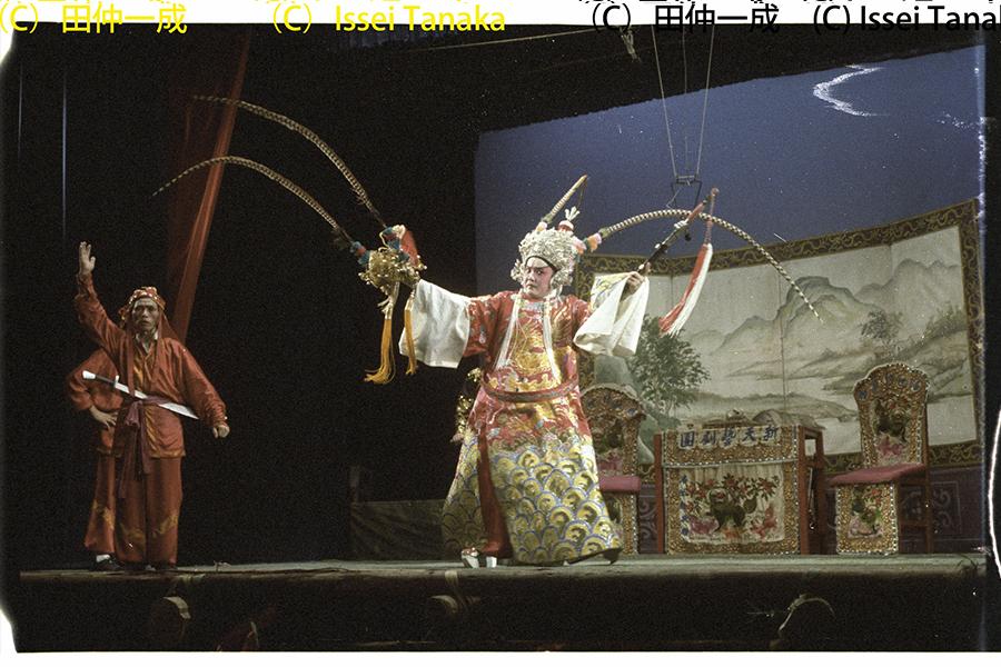 多種戲劇形式中,田仲一成教授最欣賞的便是潮劇。圖為1982年新天藝潮劇團在西貢天后誕演出的潮劇《守揚州》。(受訪者提供)