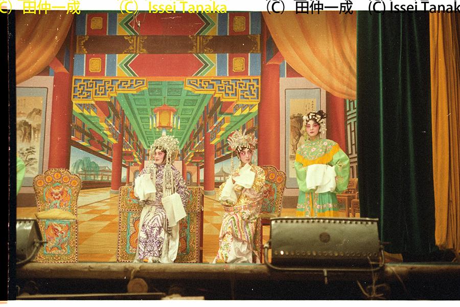 潮劇中所體現的主題傾向於教化作用,宣揚傳統價值觀中的「忠孝節義」。圖為1978年,田仲一成教授拍攝的沙田潮僑韓江潮劇團《孟麗君》。(受訪者提供)