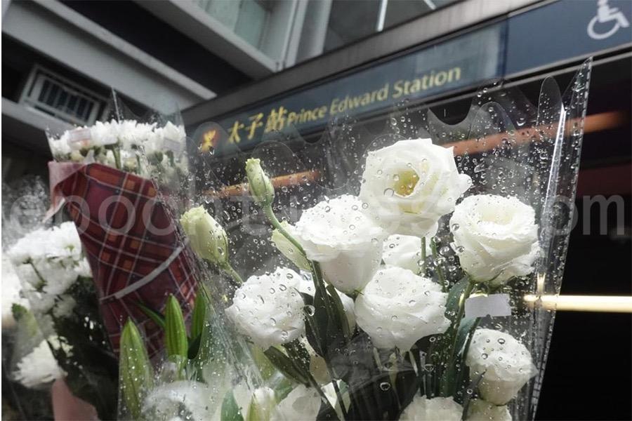 有民眾自發前往太子站地鐵口獻花。(余鋼/大紀元)