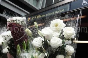 傳反送中年輕人被毆致死 民眾自發地鐵口獻花