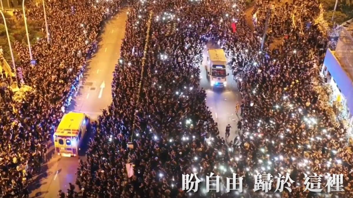 網友合力製作以《願榮光歸香港》為題的「抗爭者軍歌」,並於8月31日發佈合唱團版MV,配以「反送中」運動的經典畫面,震撼感人。(影片截圖)