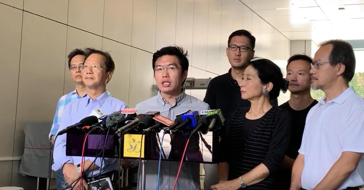 立法會議員歐諾軒(左三)正吿香港警察:「停手吧!你們這幫暴徒」。(駱亞 / 大紀元)