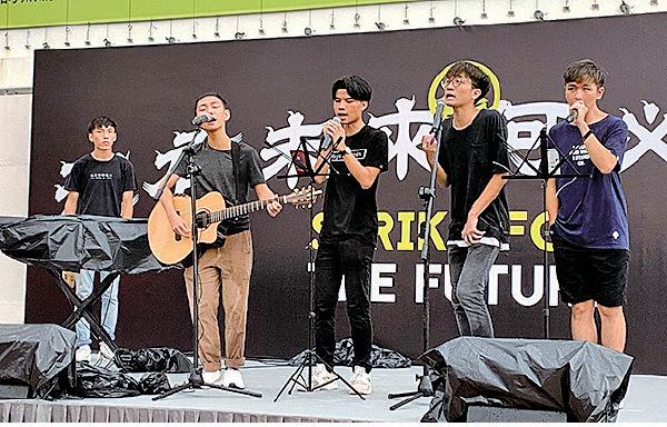 成立至今已有8年的「Boyz'Reborn」,希望透過音樂去鼓勵香港的市民和香港的年輕人。(駱亞/大紀元)