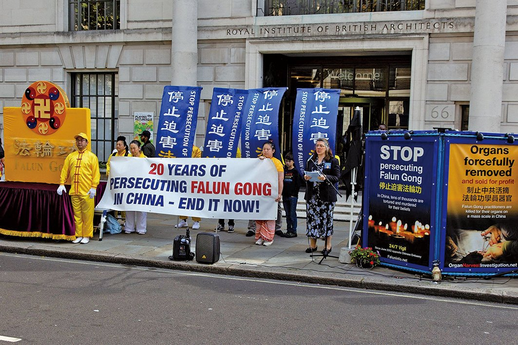 8月30日,來自歐、亞、北美三大洲34個國家的部份法輪功學員聚集在英國倫敦舉行盛大遊行,紀念反迫害二十周年,呼籲全世界共同幫助制止迫害。(晏寧/大紀元)