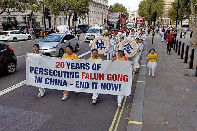 34國部份法輪功學員聚集在英國倫敦盛大遊行,呼籲全世界共同幫助制止迫害。(晏寧/大紀元)