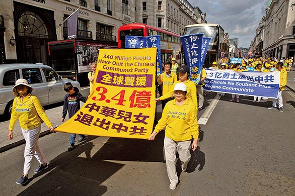 部份法輪功學員聚集在英國倫敦盛大遊行,聲援3.4億中華兒女退出中共黨團隊。(傅潔/大紀元)