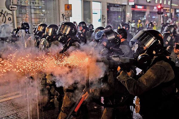 8月31日,警方瘋狂發射催淚彈,驅趕示威者。(Getty Images)