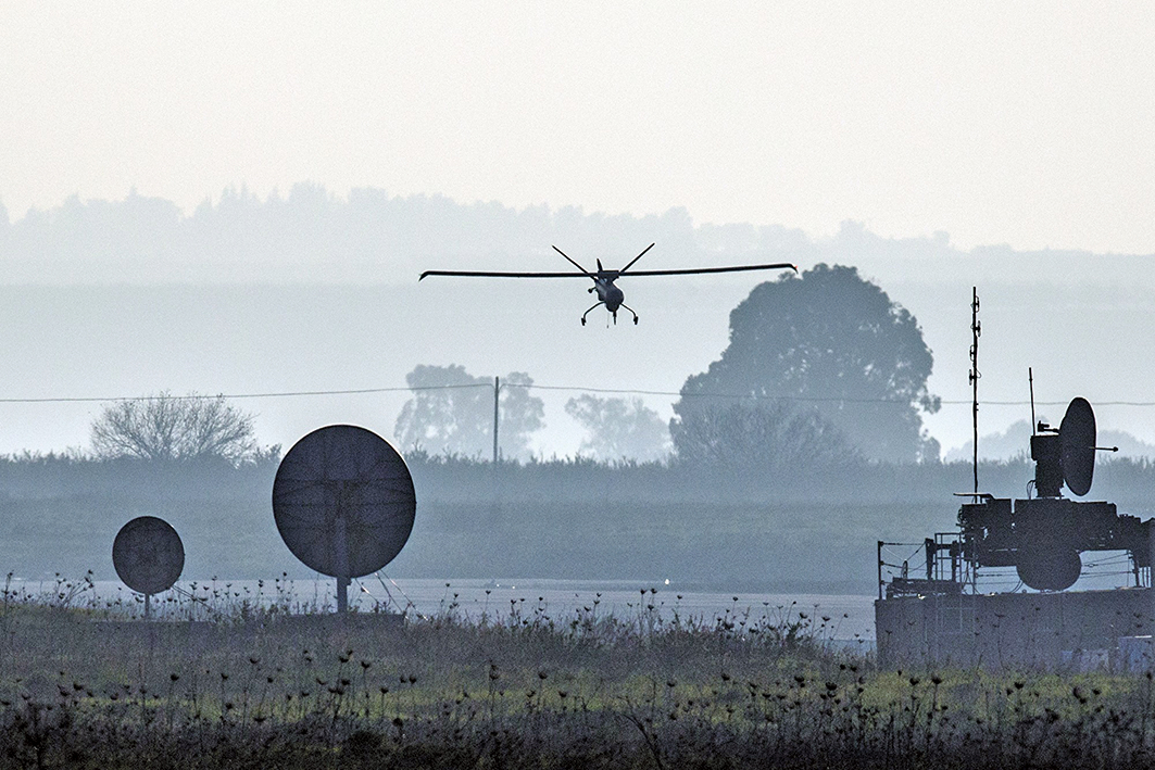 以色列多家公司開發出可控制敵軍無人機的技術。圖為2015年1月20日,以色列軍方一架無人機飛行於戈蘭高地(Golan Heights)上空。(JACK GUEZ/AFP/Getty Images)