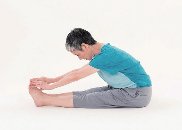 做降血壓操前先測試自己的肺部和血管年齡。比如坐著腳伸直能否摸到腳尖。(三采文化提供)
