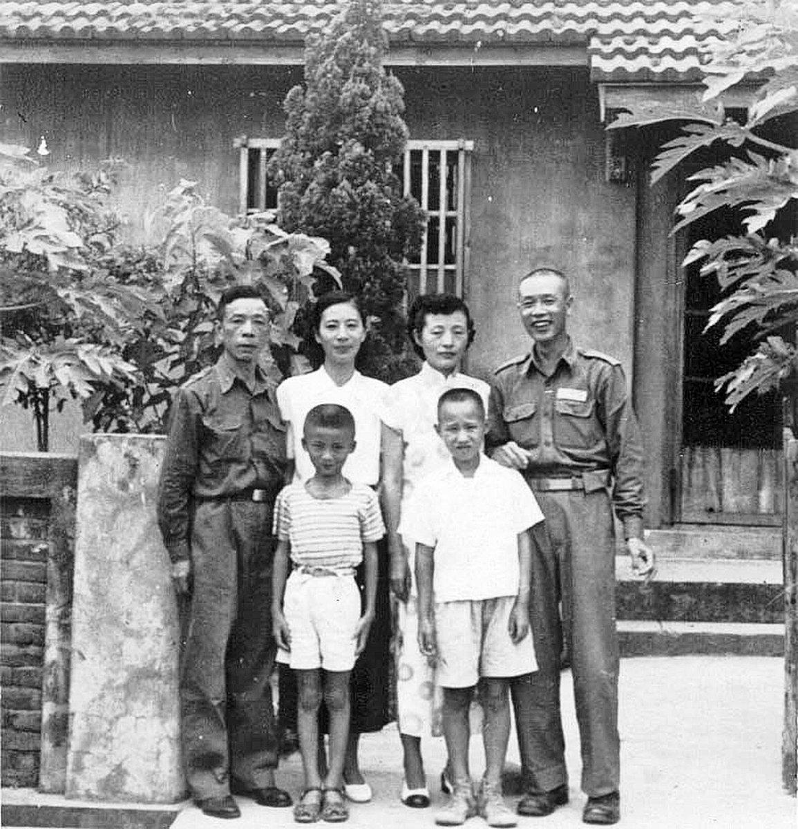 這是一九五三年我們一家四口在鳳山誠正新村(日後改名為黃埔新村)的眷舍前與林豐炳將軍夫婦(右一、二)合影留念。當時林將軍任第十一師的師長,我父親則在步兵學校任教育長(作者提供)