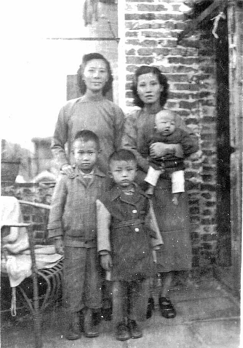 一九四九年十月,我們母子三人打扮妥當,臨赴廣州火車站前,在租屋之二樓陽台上,與手捧新生兒的房東張程超之夫人合影。我們住在九龍牛池灣時,好心的張先生寄來此照片給我們留念(作者提供)