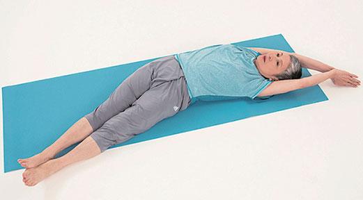 從身體中心彎曲,伸展整個體側,改善體內循環。(三采文化提供)