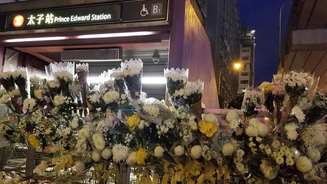 警方2日否認在港鐵太子站內毆打乘客及打死人之後,民眾紛紛前往太子站獻白花祭典。(臉書圖片)