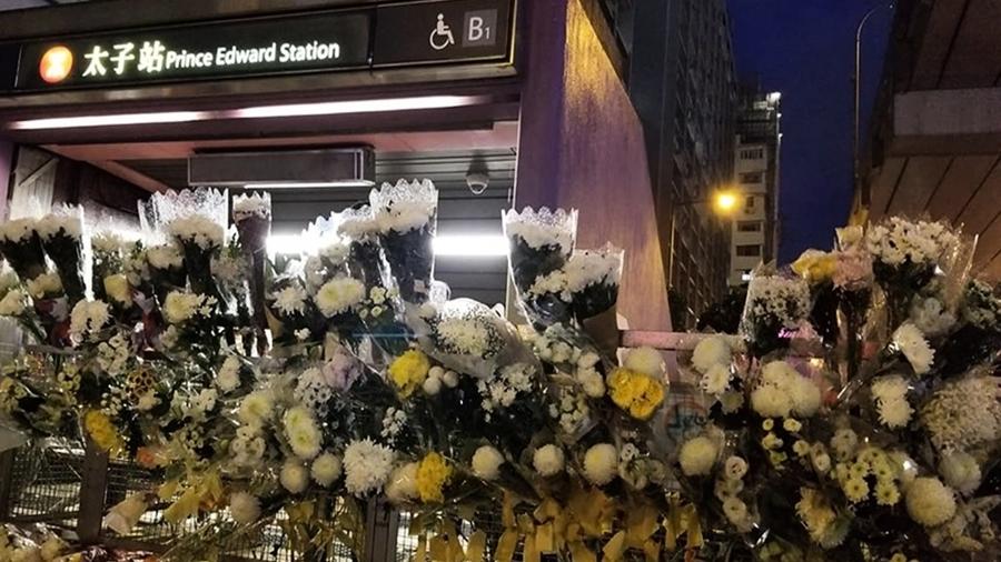 港警否認太子站打死人 民眾紛紛獻白花祭典