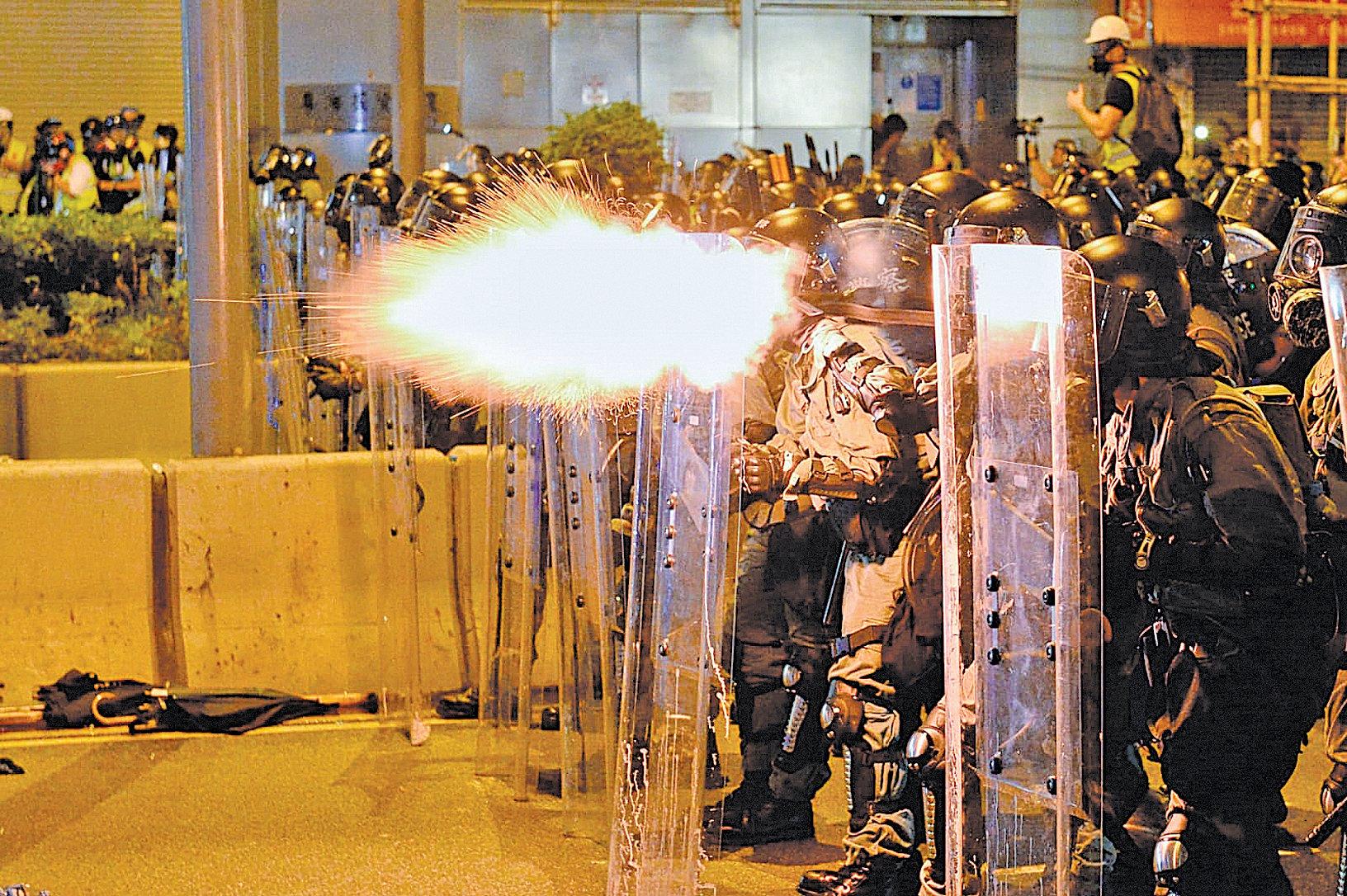 目前香港的嚴峻局勢向自由社會發出警訊。圖為2019年7月28日,香港警察清場。(宋碧龍/大紀元)
