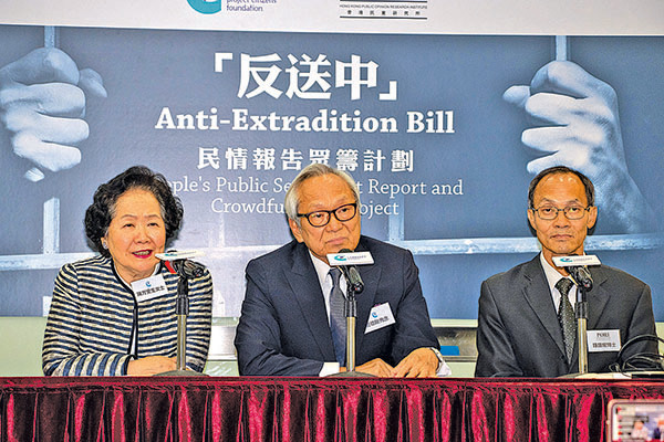 香港前政務司司長陳方安生(左一)積極參與反送中活動。(蔡雯文/大紀元)