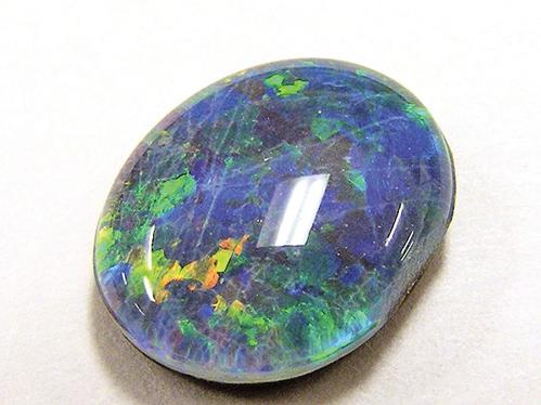 蛋白石是種美麗的寶石,能製成珠寶。(維基百科)