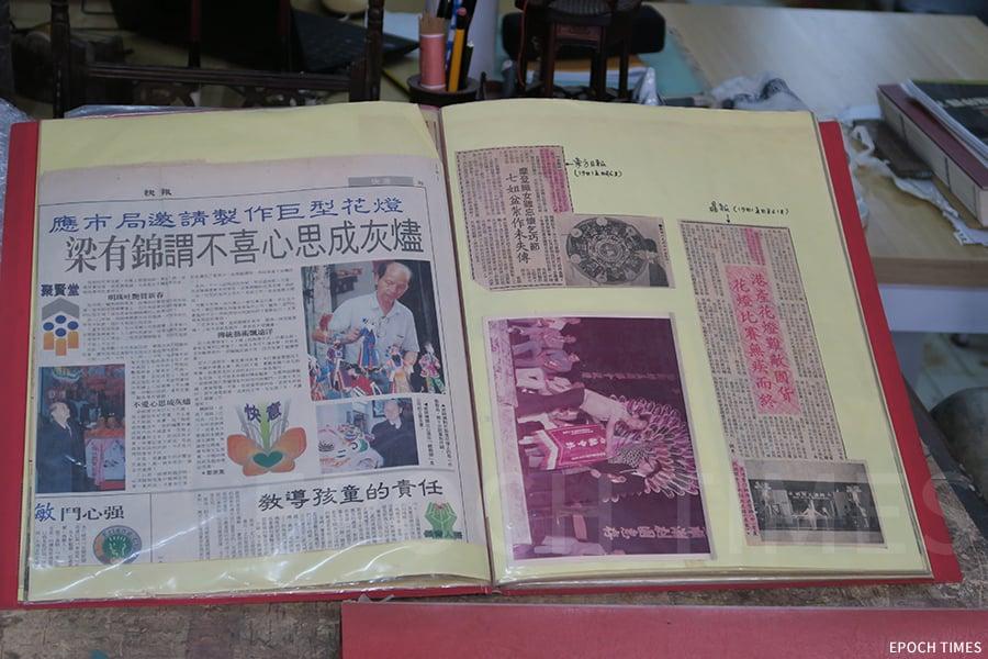 梁金華細心將父親作品的老相片、報章報道、獎盃收藏起來。(陳仲明/大紀元)