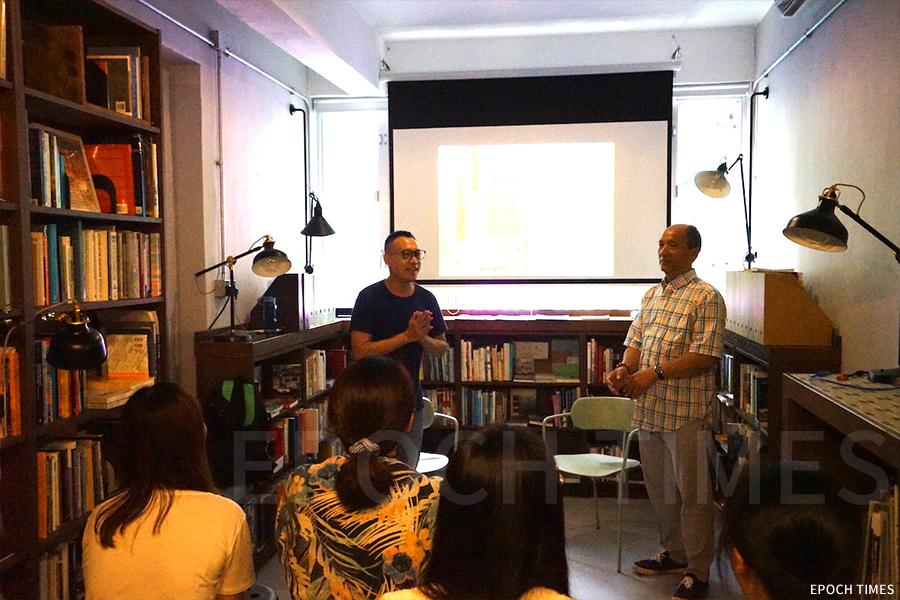 今年七月,梁金華先生(右)參與打書釘活動「香港非遺傳承:與美術扎作師傅對談」,與CACHe 長春社文化古蹟資源中心黃競聰博士對談。(曾蓮/大紀元)