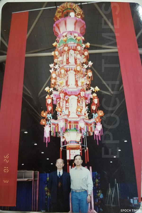 六層大型花燈運送到加拿大多倫多,梁師傅團隊受邀前往加拿大進行組裝。(受訪者提供)