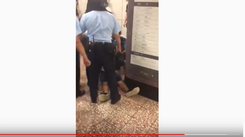 影片顯示,港警9月3日晚在太子站施暴,致一名青年頸椎骨折後,仍不顧傷者安危,隨意拖行。(影片截圖)