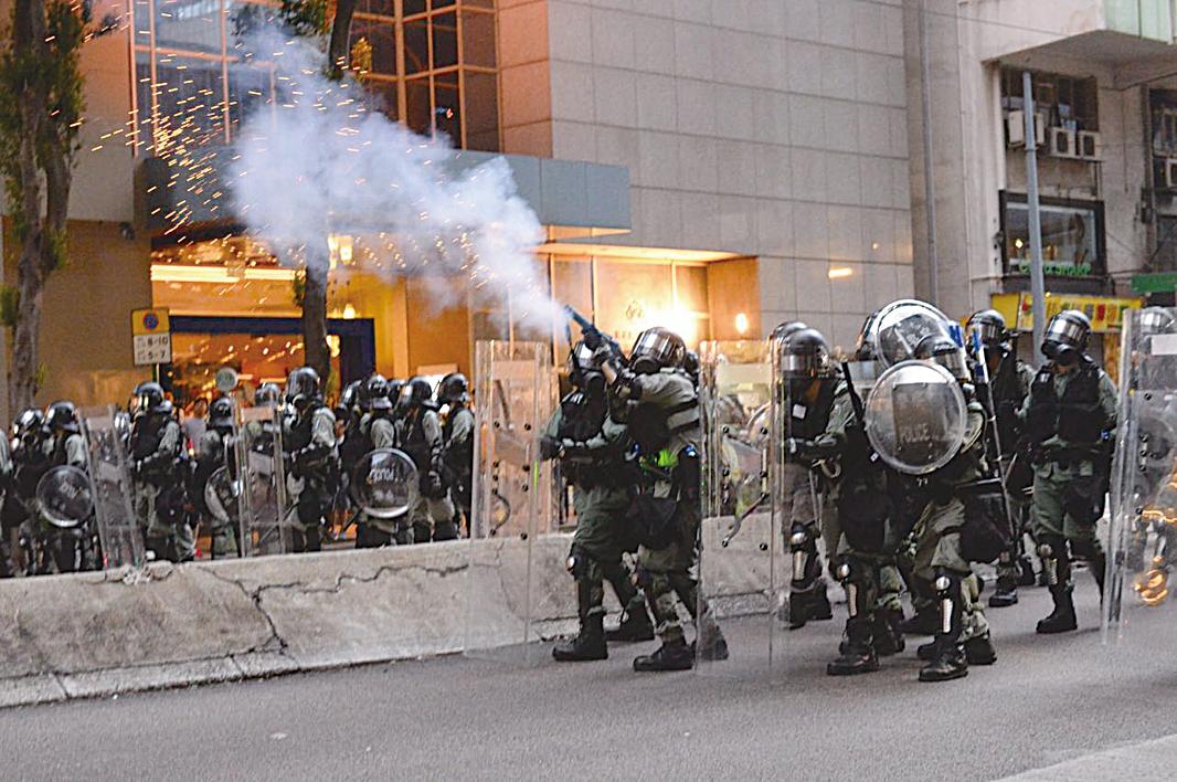8月11日「反送中」活動,香港警察在灣仔發射催淚彈。(宋碧龍/大紀元)