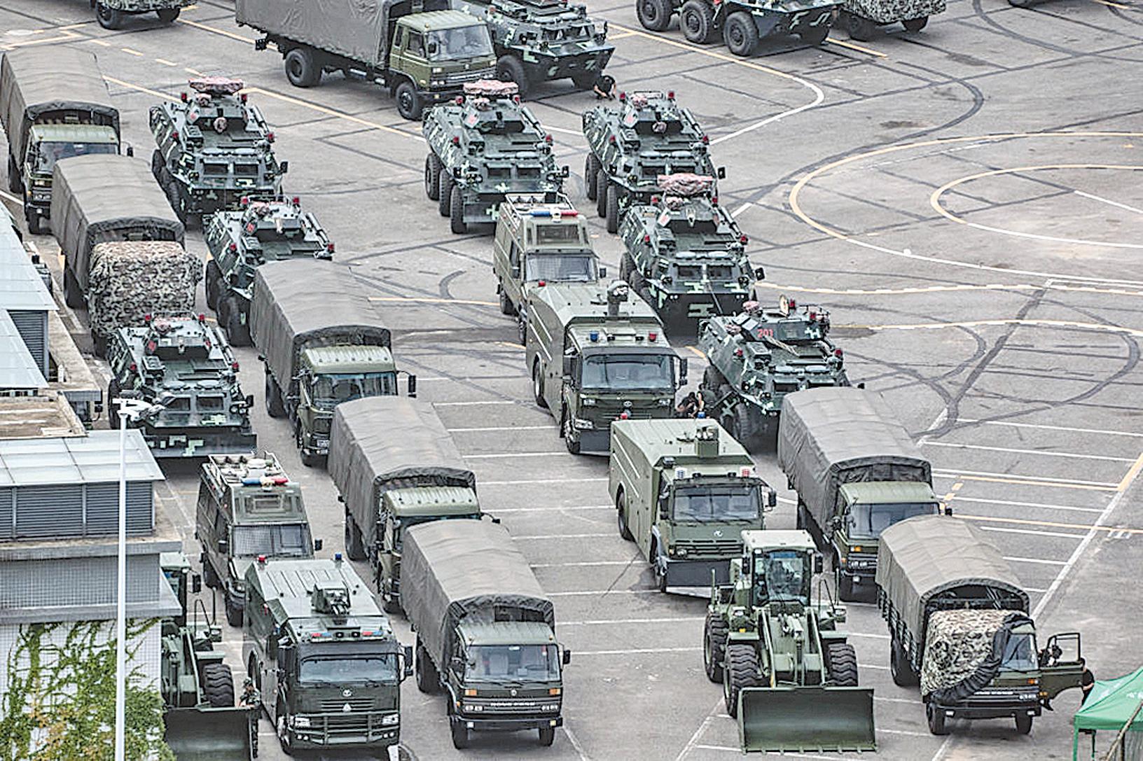 8月29日凌晨,社交網站上傳出中共軍車進入香港的畫面,引發民眾質疑和高度關注。圖為2019年8月16日停放在深圳灣體育中心外的中共軍車。(Getty Images)