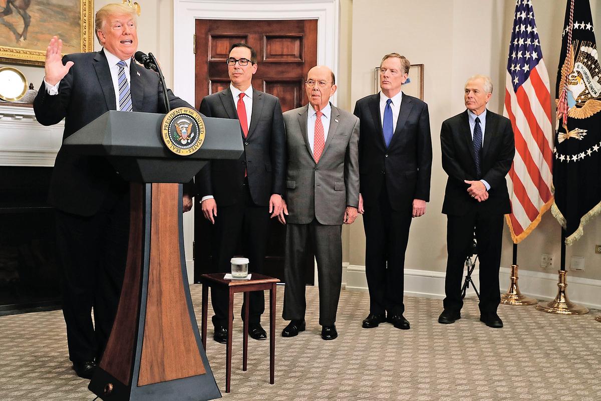 特朗普的很多高級顧問將中共首先視為美國的國家安全威脅,而非經濟夥伴,令美中關係出現新常態。圖為特朗普( 左)和他財經貿易團隊的核心人員。(Getty Images)