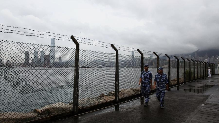 英媒:神秘貨船黑夜抵港 疑卸載重型軍備