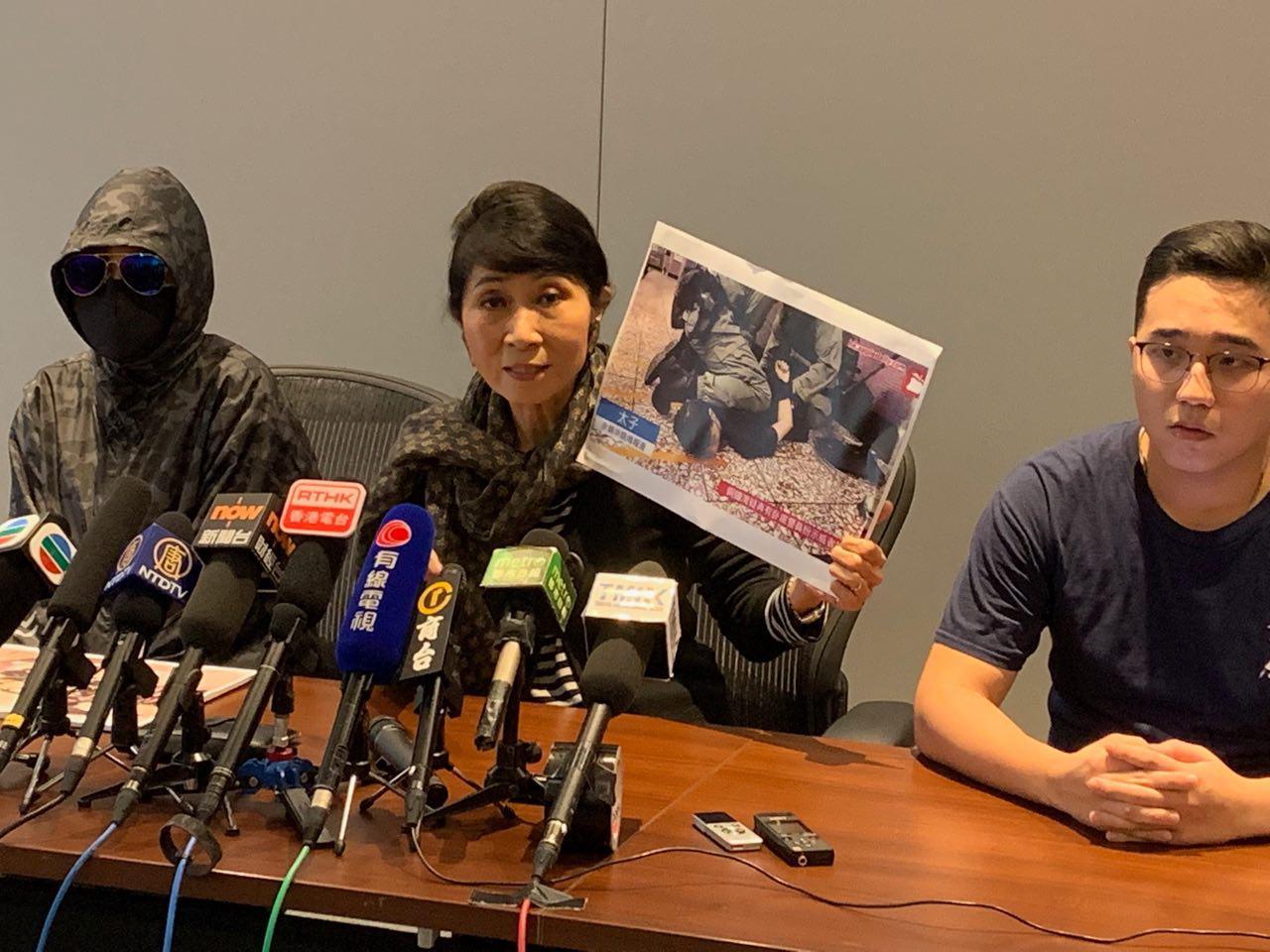 831黑夜太子站女示威者龍小姐被性暴力,目擊示威者被打至口吐白沫不省人事。(駱亞/大紀元)