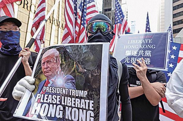 8月31日,港人發起不同形式的活動,繼續抗議反送中惡法。示威者打出美國旗表達爭取民主自由決心。(余鋼/大紀元)