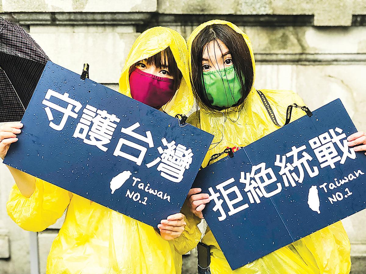 「拒絕紅色媒體、守護台灣民主」活動6月23日下午在總統府前凱達格蘭大道登場,大批民眾冒雨到場響應,打出標語表達訴求。(大紀元)